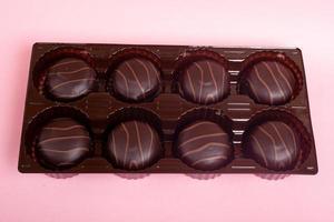 Schokoladenkekse auf einem rosa Hintergrund