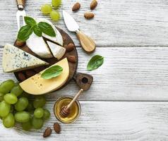 verschiedene Käsesorten mit Snacks foto