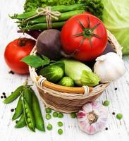 verschiedene Gemüsesorten auf einem alten hölzernen Hintergrund foto
