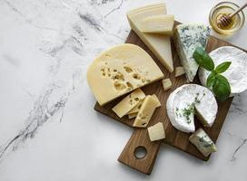 verschiedene Arten von Käse, Trauben und Honig foto