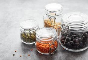 Gläser mit verschiedenen Arten von Hülsenfrüchten foto