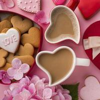 Kaffee in herzförmigen Bechern für das Valentinstagskonzept foto