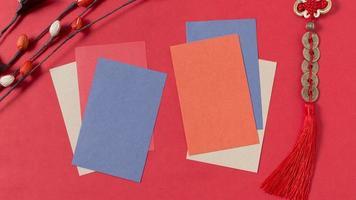 chinesisches Neujahrskonzept mit leeren Karten und rotem Hintergrund foto
