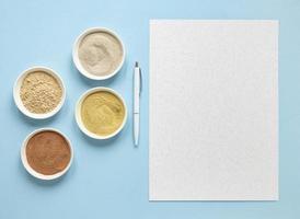 Schalen gefüllt mit Gewürzen und leere Rezeptkarte mit Kopierraum foto