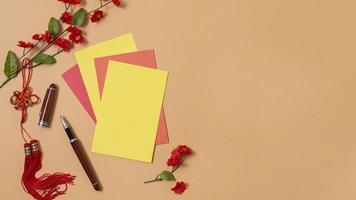 chinesisches Neujahrskonzept mit roten und gelben Papieren und Kopierraum foto