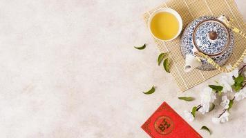 chinesisches Neujahrskonzept mit Teekanne foto