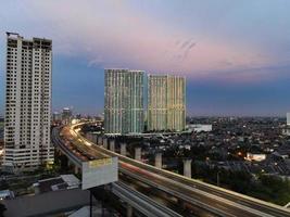 bekasi, indonesien 2021- Luftaufnahme der Autobahnkreuzung und der Gebäude in der Stadt bekasi foto