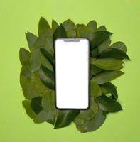 umweltfreundliches Recyclingkonzept mit Modell-Smartphone foto