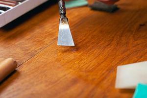 Parkettrestauration zur Beseitigung von Defekten, Spänen und Kratzern im Laminatboden foto
