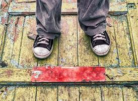 Füße auf grungy Holz foto