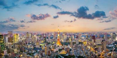 Stadtbild von Tokio bei Sonnenuntergang