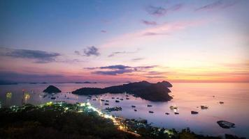Sonnenuntergang Himmel bei Labuan Bajo, Flores Insel, Nusa Tenggara, Indonesien foto