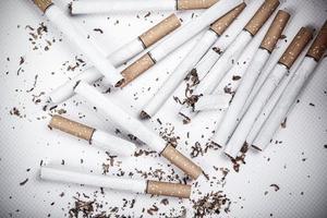gebrochene Zigaretten auf weißem Hintergrund, Nahaufnahme foto