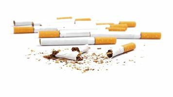 gebrochene Zigaretten auf weißem Hintergrund isoliert, aufhören zu rauchen foto