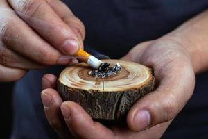 lösche eine Zigarette aus foto