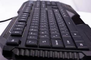schwarze Computertastatur. Gerät für die Nachrichtenübermittlung auf einem Computer foto