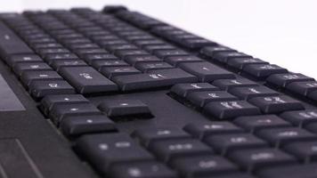 schwarze Tastatur zum Versenden von Nachrichten und zum Schreiben von Text auf einem Computer foto