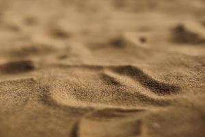 Nahaufnahme Naturstrand Sand weiche Textur im Sommer foto