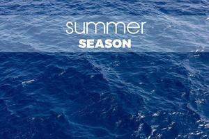 Inschrift der Sommersaison auf einem blauen Meereshintergrund. Sommerferien auf dem blauen Ozean auf heißem warmem Land oder Insel foto