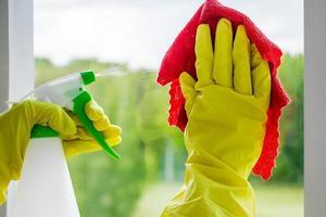 Frau, die Fenster wäscht foto