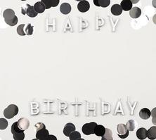 flach gelegte Geburtstagskerzen mit Kopierraum foto