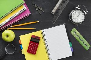 Draufsicht auf den Schreibtisch des Schülers foto