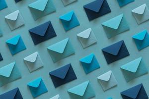 Reihe von Umschlägen in Blautönen. foto