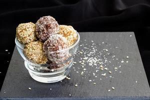 hausgemachte gesunde Paläo-Datteln und Schokoladen-Energiekugeln. vegane Trüffel. Speicherplatz kopieren foto