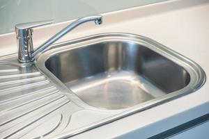 Waschbecken und Wasserlasche foto