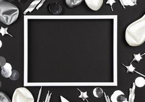 leerer weißer Rahmen auf schwarzem Hintergrund mit silbernen Verzierungen foto