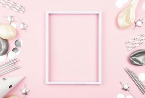 leerer Rahmen auf rosa Hintergrund, Geburtstagsdekorationen foto