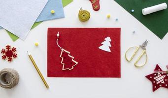 Weihnachtsbasteln, Verpacken einer Geschenk-Draufsicht foto
