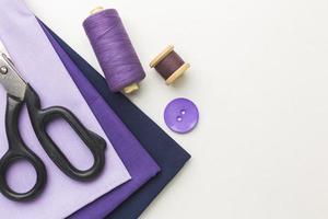 lila Stoff und Nähwerkzeuge foto