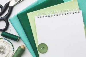 Stoff, Nadeln und Faden zum Nähen mit Kopierraum foto