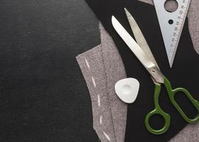 Stoff, Nadeln und Faden zum Nähen foto