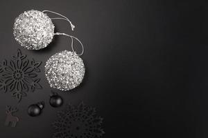schwarze und silberne Weihnachtsdekorationen foto