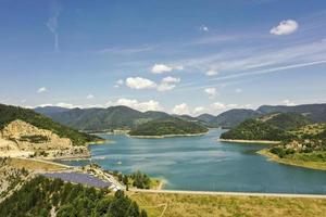 Blick auf den Zaovine-See vom Tara-Berg in Serbien foto
