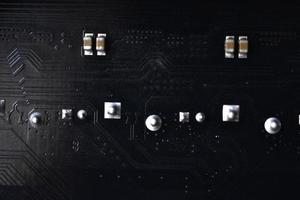 schwarze Computerchip-Nahaufnahme mit Elementen und Spuren foto