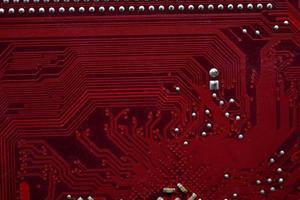 rote Computer-Motherboard-Chips Nahaufnahme mit Kontakten foto