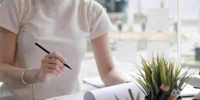 Nahaufnahme einer Frau, die einen Stift hält foto