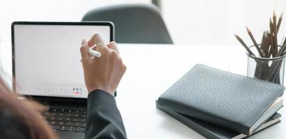 Person, die Notizen auf einem Tablett macht foto