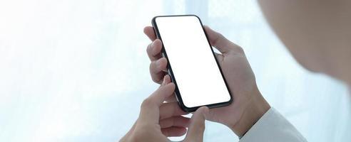 Mann hält ein Telefonmodell foto