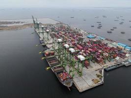 Jakarta, Indonesien 2021 - Luftaufnahme des Be- und Entladens von Containerschiffen im Tiefseehafen, Import und Export von Güterverkehr foto
