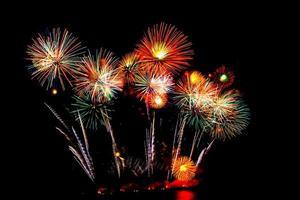 schönes Feuerwerk auf schwarzem Himmel foto