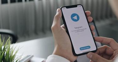 Chaing Mai, Thailand, 6. April 2021 - Person, die den Telegramm-Messenger am Telefon verwendet foto