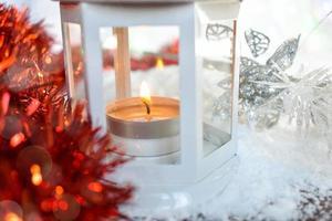 Laterne mit Weihnachtsschmuck foto