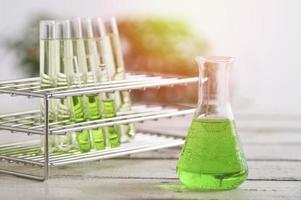 Reagenzgläser und Kolben mit grüner Flüssigkeit foto