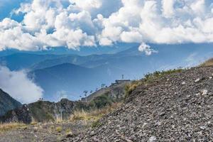 Berglandschaft mit felsigen Hängen und bewölktem blauem Himmel in Sotschi, Russland foto