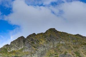 Berglandschaft mit bewölktem blauem Himmel in Sotschi, Russland foto