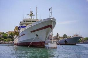 Seelandschaft von großen Schiffen im Hafen in Sewastopol, Krim foto